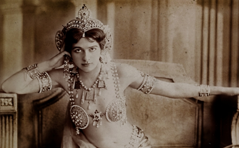 Portret van Mata Hari door fotostudio Reutlinger te Parijs (detail), Bibliothèque nationale de France