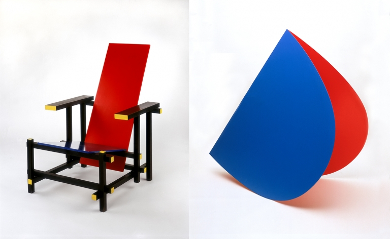 Gerrit Rietveld, Red and Blue Chair, 1919/1950, coll. Stedelijk Museum Amsterdam en Elsworth Kelly, Blue and Red Rocker, 1963, coll. Stedelijk Museum Amsterdam.